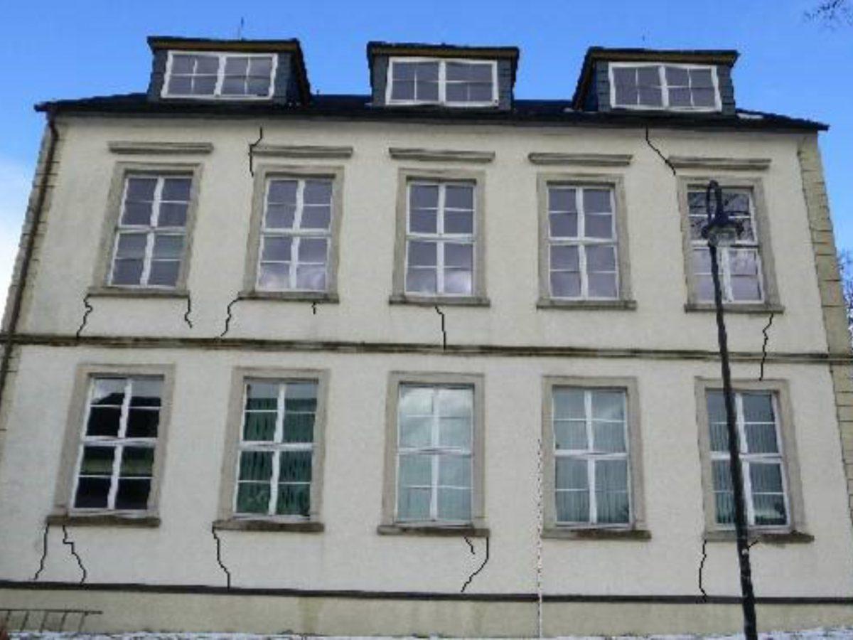 Südwand des Gebäudes mit gekennzeichneten Rissbildungen
